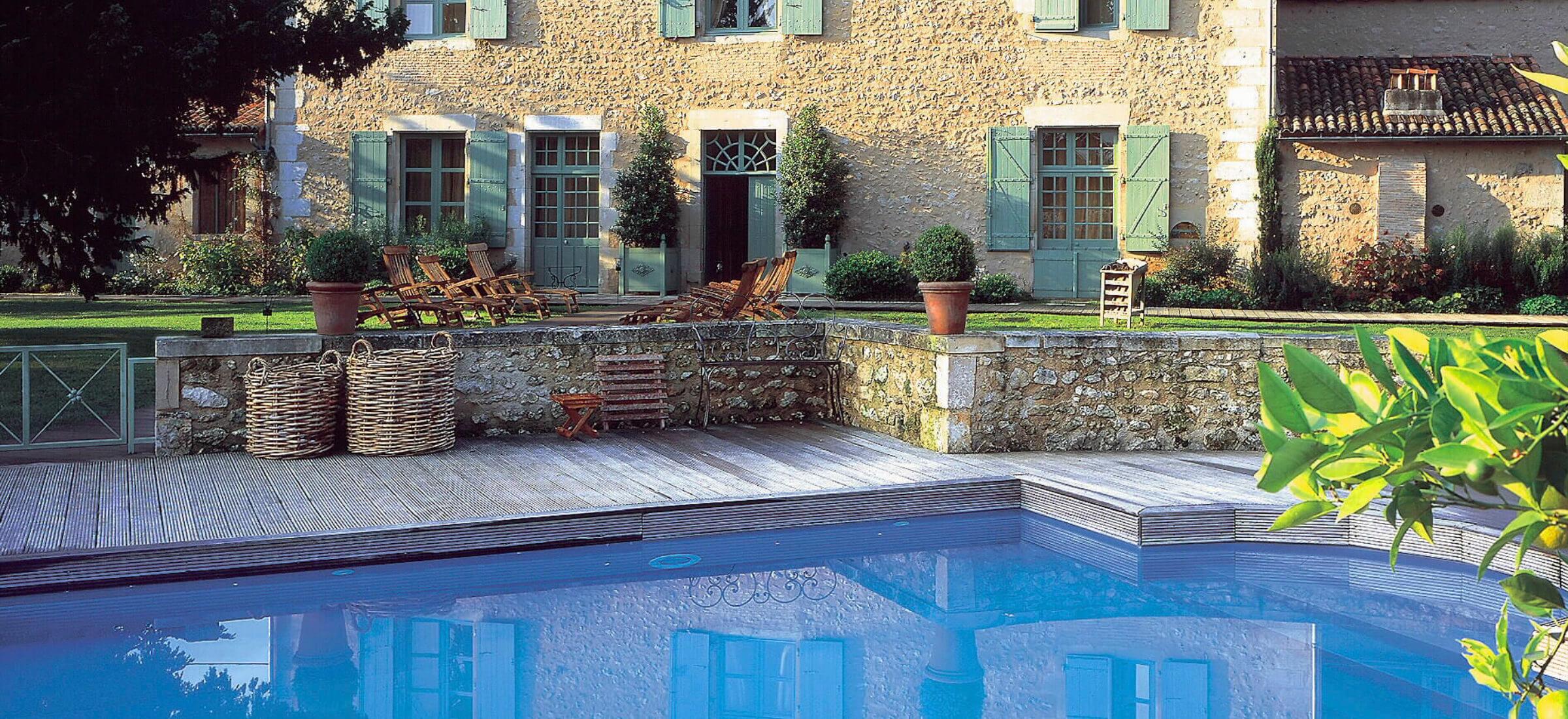 L'Hôtel restaurant les Orangeries à Lussac-les-Châteaux est équipé d'une piscine de trente-cinq mètres de long.