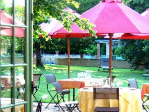 En été, la terrasse du Restaurant au calme dans le jardin des Orangeries